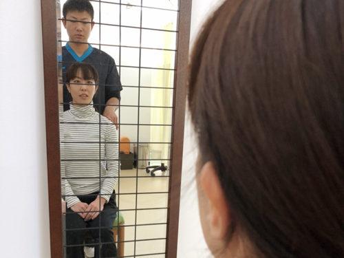 鏡の前の男女